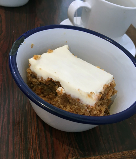 déjeuner végétarien; le carrot cake