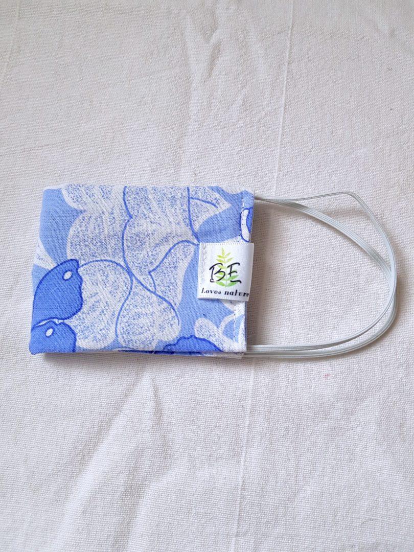 masque barrière femme fleurs bleues
