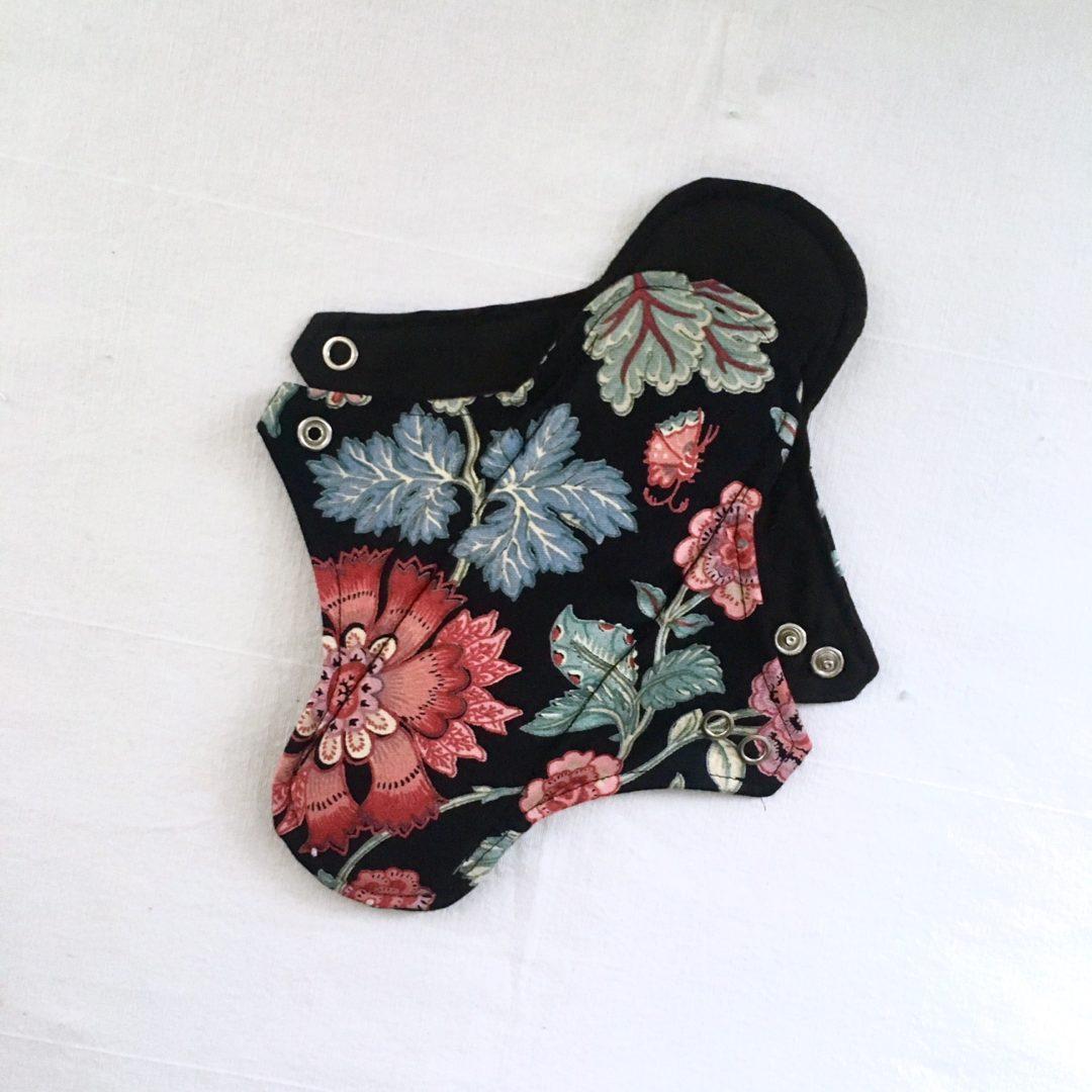 Serviette hygiénique lavable 2 gouttes Fond noir grosses fleurs