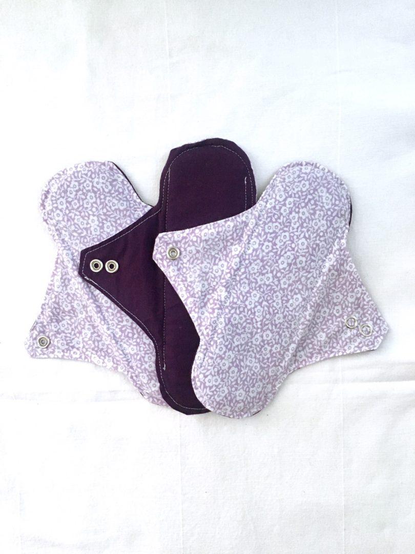 Serviette hygiénique lavable 2 gouttes fond violet & fleurs - lot de 3