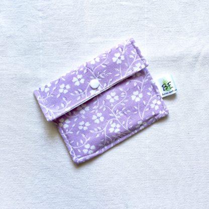 Pochette à savon Fond violet fleurs blanches