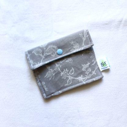 Pochette à savon gris motifs blancs
